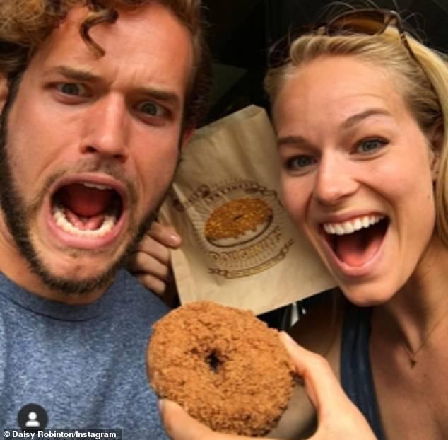 Famille: Selon une source, Leo, photographié avec sa sœur Daisy qui est mannequin et scientifique, a quitté les réseaux sociaux pour protéger sa romance avec Emma