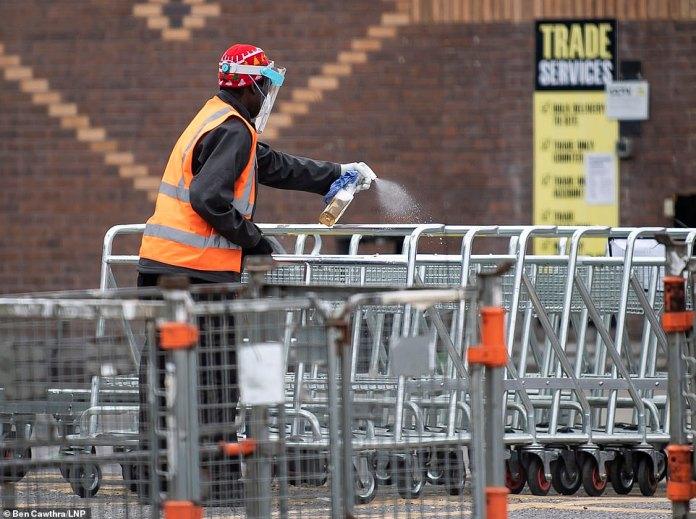 Ci-dessus, un employé de Trade Point désinfecte les chariots à l'extérieur de sa succursale au nord de Londres. Les recommandations peuvent voir des stations de nettoyage installées pour fournir un désinfectant pour les mains et d'autres équipements d'hygiène; et les caisses automatiques, les poignées de porte, les boutons de levage et les mains courantes seront nettoyés régulièrement