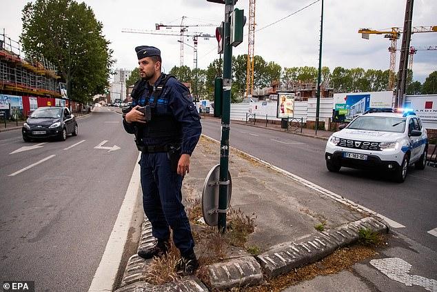 Un officier de police armé impose un barrage routier où deux de ses collègues ont été grièvement blessés dans l'attaque présumée