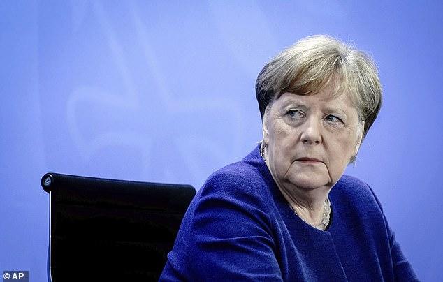 La chancelière allemande Angela Merkel assiste à une conférence de presse après la vidéoconférence avec les premiers ministres des États allemands, à Berlin jeudi. Merkel a averti que les mesures de verrouillage pourraient devoir être rétablies si les cas continuent d'augmenter