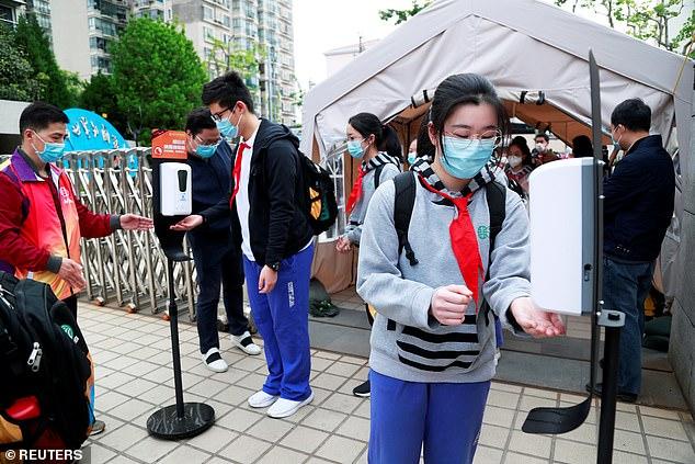 Les écoles de Shanghai ont installé des installations de dépistage dotées de thermomètres ultra rouges à la porte pour surveiller la température des étudiants lorsqu'il y a plus de 100 personnes sur le campus