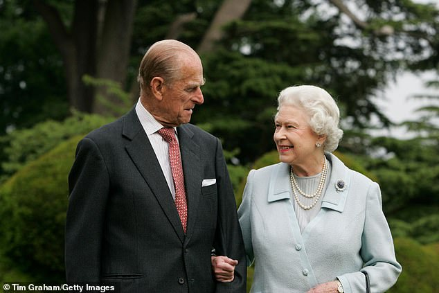 Le protocole interdit à la famille royale de signer des autographes sur la correspondance personnelle, ce qui rend la carte de la famille de 1954, qui présente un prince Charles et la princesse Anne de cinq ans, deux ans, encore plus rare (La reine et le duc d'Édimbourg en photo en 2007 lors de leur anniversaire de mariage au diamant)
