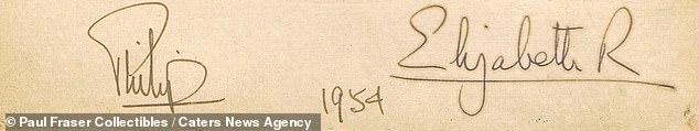 La carte, écrite il y a 66 ans et envoyée à un membre de la Maison Royale à l'époque, est l'autographe le plus précieux selon la maison de vente aux enchères.