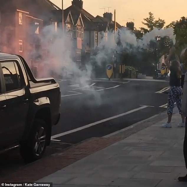 Incredible: on Instagram, Kate shared a video of her street once again applauding NHS staff and some even launched colored rockets in honor of Victory in Europe (VE) Day