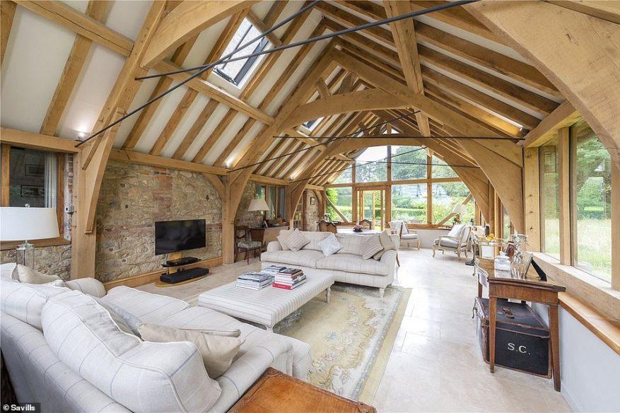 Interiores abiertos: la impresionante casa de Pulborough está a la venta con Savills, que publicó un informe que sugiere que más compradores ahora anhelan escapar al país