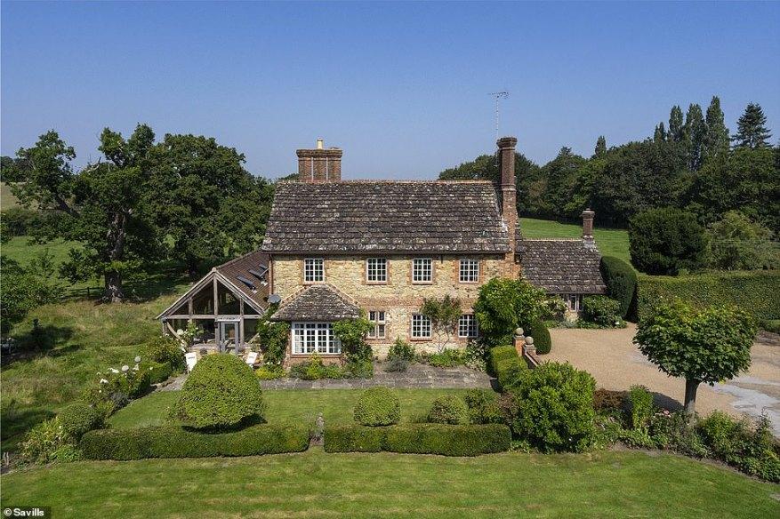 Esta casa de siete camas en Pulborough, West Sussex, tiene mucho espacio al aire libre y en el interior, pero nuevamente tiene un precio: £ 3,695,000 por esta porción de vida en el campo