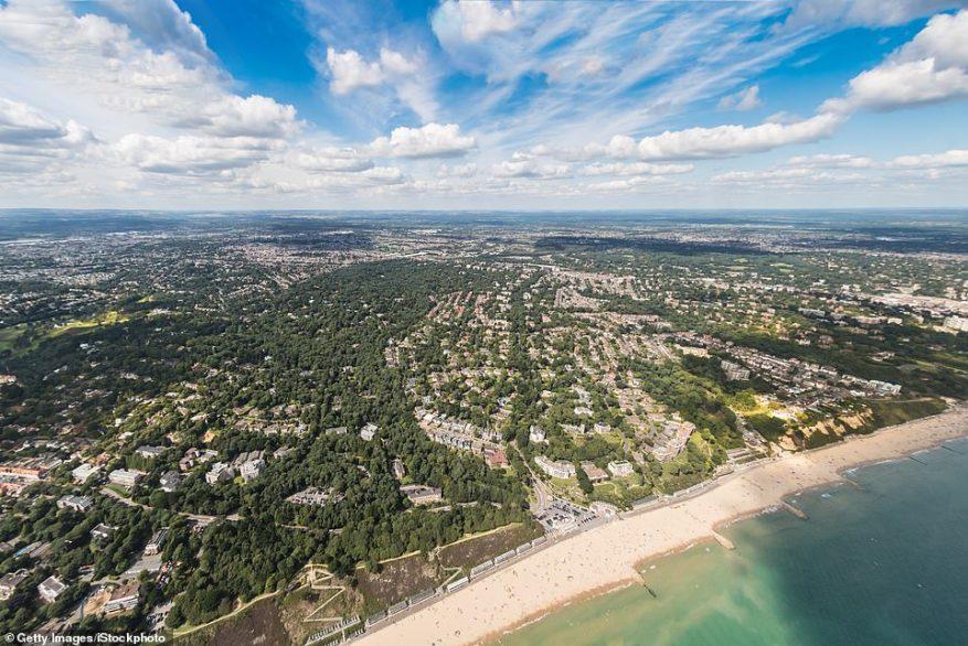 Una encuesta de alrededor de 700 personas, realizada por los agentes inmobiliarios Savills, encontró más compradores potenciales que buscan mudarse a Canford Cliffs en Dorset (en la foto)