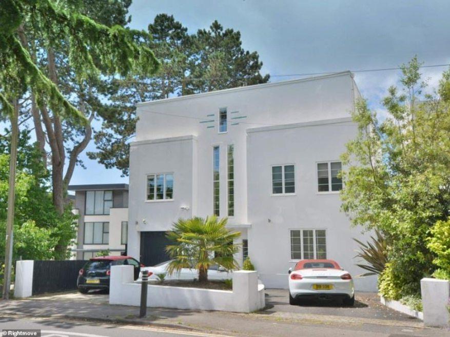 Esta casa unifamiliar de cinco dormitorios en venta en Rightmove viene con una suite principal que ocupa todo el piso superior y ofrece vistas panorámicas al puerto de Poole