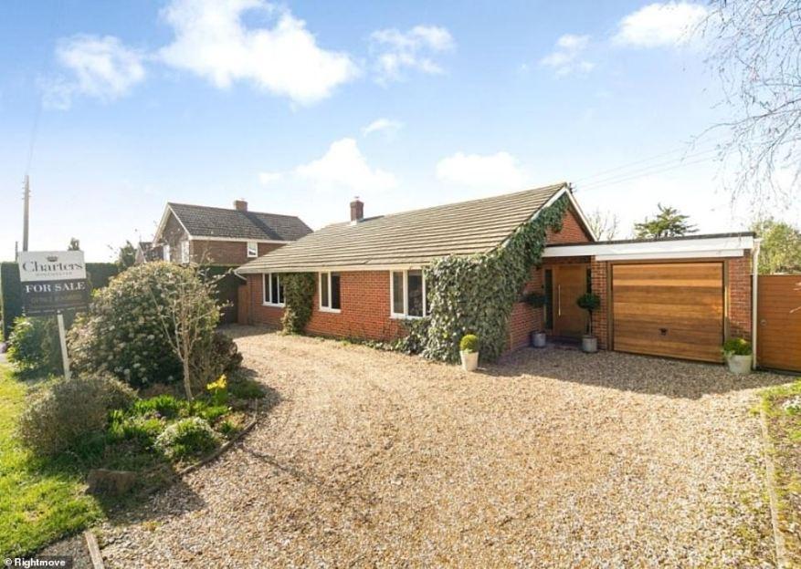 Este bungalow de tres dormitorios en Winchester, Hampshire, cuenta con un camino privado y un amplio jardín.