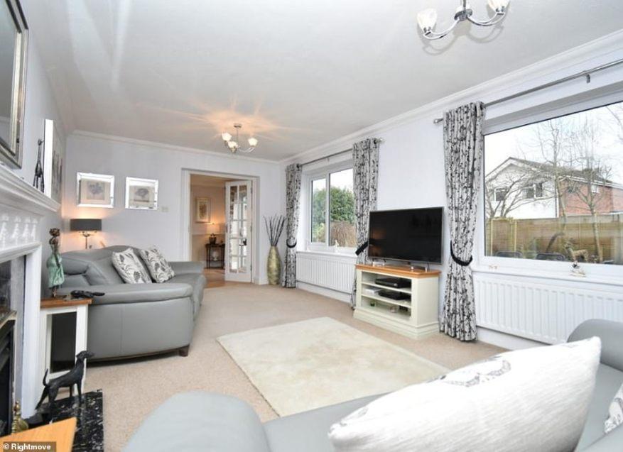 La sala de estar es moderna y elegante, pero sigue siendo lo suficientemente grande como para adaptarse a una familia. Los enormes ventanales ofrecen mucha luz natural.