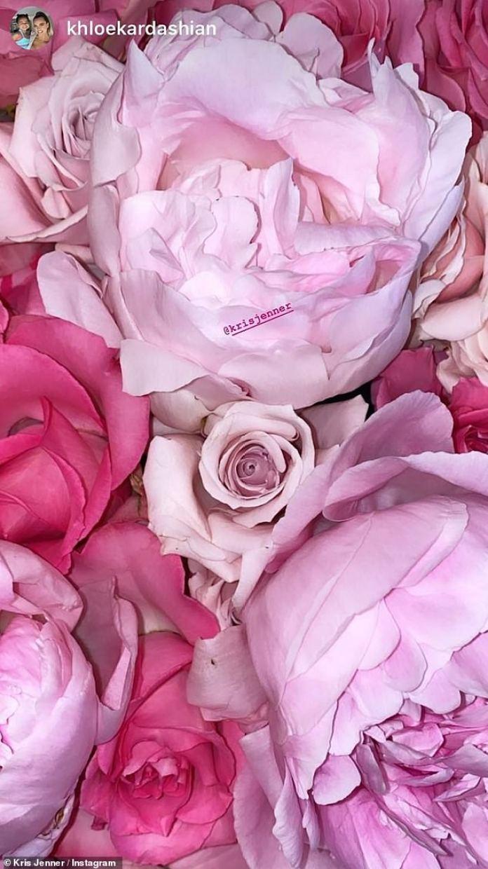 Colorido: Kris terminó el desfile de regalos publicando una foto de las deliciosas flores rosa pálidas y calientes que envió a Khloé para el Día de la Madre