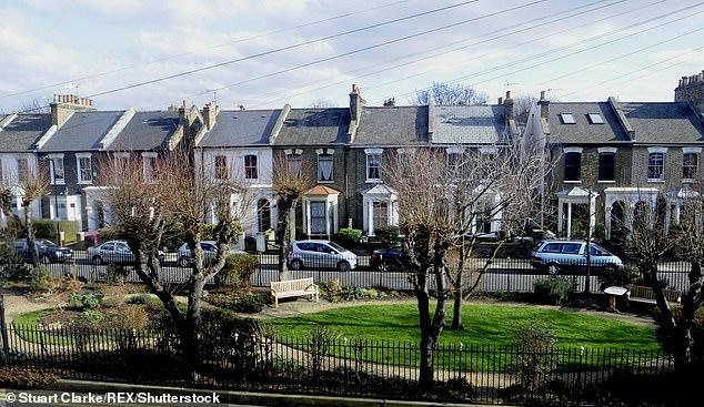 A casa à venda fica na Fassett Square (foto), que fica em torno de jardins comuns