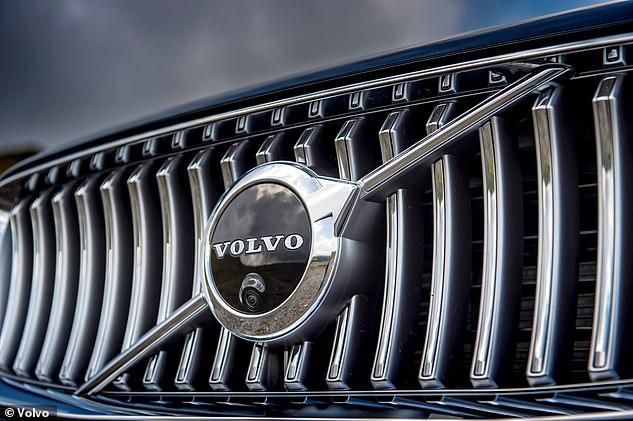 A tecnologia Intelligent Speed Assistance, obrigatória a partir de 2022, permitirá que os motoristas ultrapassem o limite definido pressionando com mais força o pedal do acelerador. O sistema da Volvo não permitirá isso