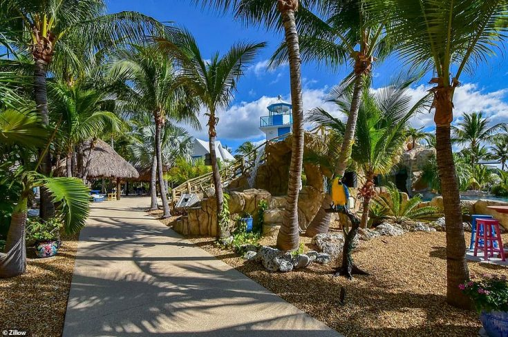 The outdoor area is the most impressive part, perfectly manicured with palm tree-lined stone and Chicago brick walkways