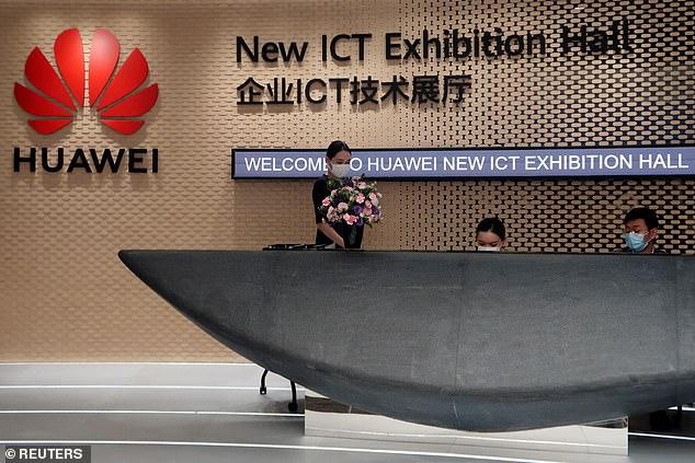 Im Bild: Mitarbeiter von Huawei tragen Gesichtsmasken am Hauptsitz des Unternehmens in Shenzhen, Provinz Guangdong