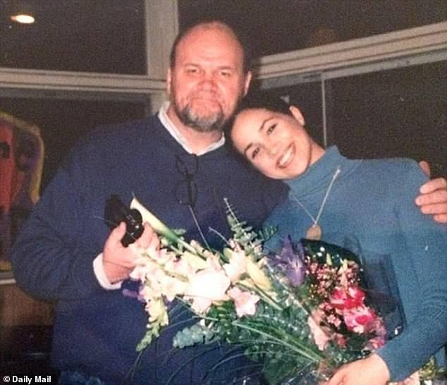 Se démarquer: `` Je pense qu'ils me traitent différemment qu'ils ne le feraient s'ils savaient avec quoi j'étais mélangé '', a expliqué Meghan, en photo avec son père Thomas.