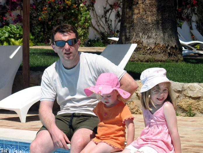 Leur dernier jour ensemble: Madeline (à droite) en photo avec le père Gerry (à gauche) et sa sœur Amélie (au milieu) le même jour qu'elle a disparu