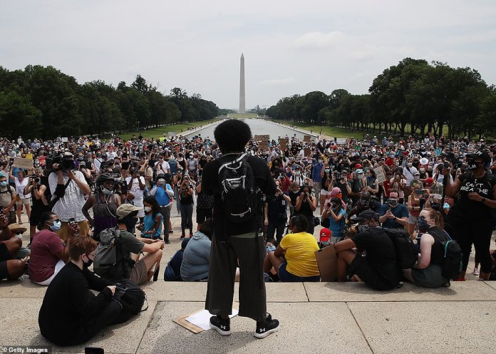 WASHINGTON, D.C .: About 3,000 protesters gathered outside the Lincoln Memorial at noon Saturday