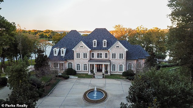 Unloading: In December of last year, Kelly reduced the asking price of her lakefront mansion in Tennessee by more than a million dollars, for a price of $ 7.49 million, which she bought in 2012.
