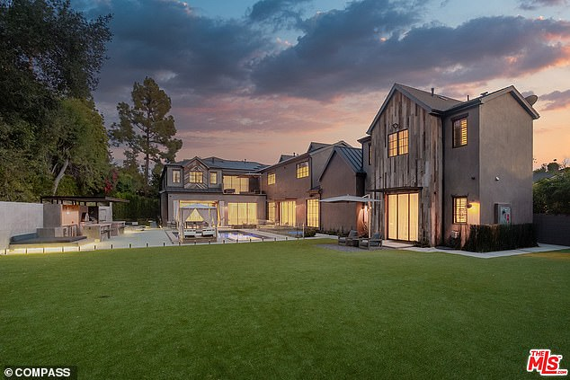 Last month, Clarkson - whose value is estimated at $ 45 million - put up for sale his home in Encino, California, listing the sprawling carpet for just under $ 10 million.
