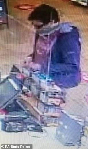 Il a ensuite été capturé par des caméras de surveillance à l'intérieur d'un dépanneur à Chambersburg, en Pennsylvanie, près de la frontière entre la Pennsylvanie et le Maryland