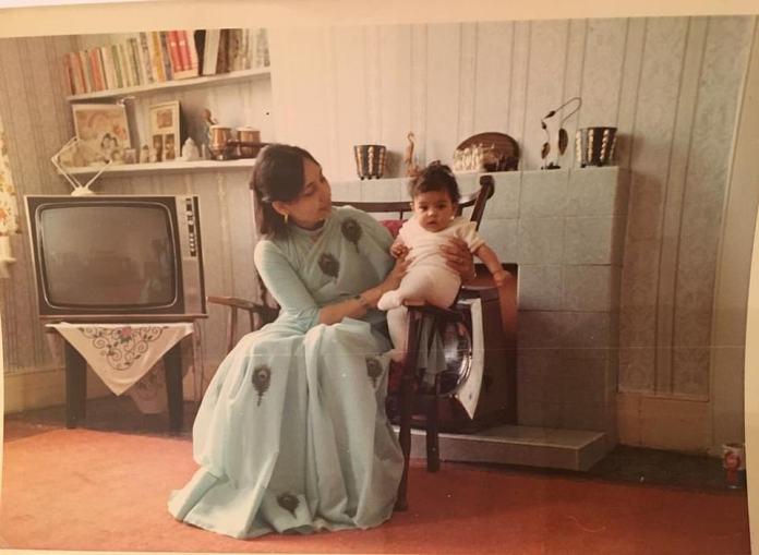 """Patel als Baby mit ihrer Mutter dargestellt, die aus Gujarat über Uganda nach Großbritannien kam. Vor etwa vierzig Jahren war Priti das sechsjährige Kind, das auf dem Schulspielplatz die schrecklichen Verspottungen von """"Paki"""" ertrug"""