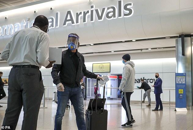 Die Passagiere kommen am Flughafen London Heathrow an. Das derzeitige Reiseverbot für britische Touristen in die USA, das seit dem 16. März besteht, wird wahrscheinlich in Monaten statt in Wochen aufgehoben, Dr. Sagte Fauci