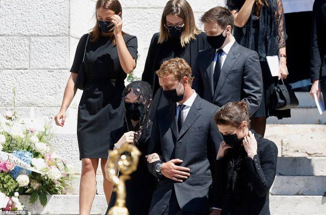 Charlotte Casiraghi, Pierre Casiraghi, Louis Ducruet et Camille Gottlieb partent après la cérémonie funéraire de feu la baronne Elizabeth-Ann de Massy à la cathédrale de Monaco à Monaco
