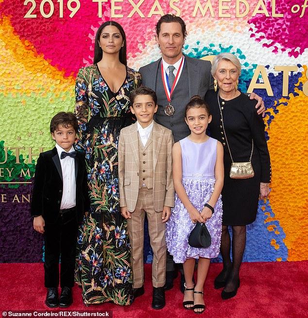 Liens quotidiens: McConaughey, sa mère Kay McCabe, sa femme et leurs trois enfants, Levi Alves McConaughey, Livingston Alves McConaughey et Vida Alves McConaughey en 2019