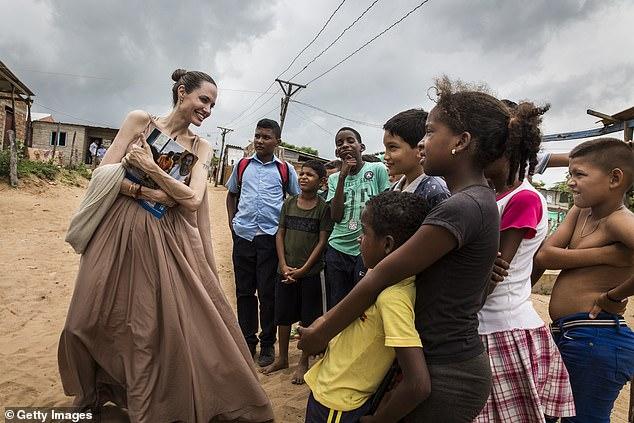 Un combat: «Ce qui m'est devenu clair à travers mon travail, c'est que le combat pour les droits de l'homme et l'égalité est universel.  C'est un combat »;  Angelina photographiée avec des enfants réfugiés colombiens en 2019