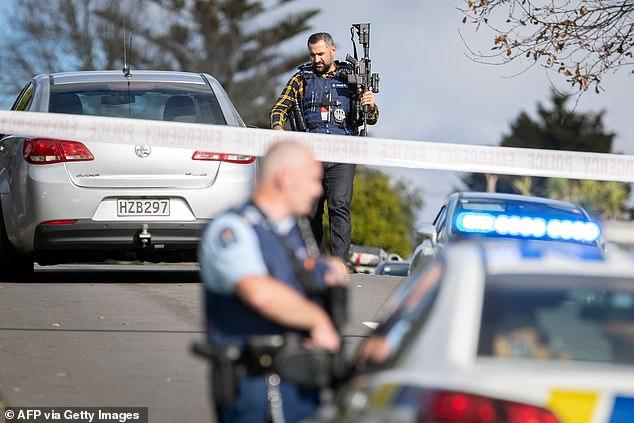 Vendredi, des agents des armes à feu patrouillent dans la zone (photo) où la fusillade a eu lieu