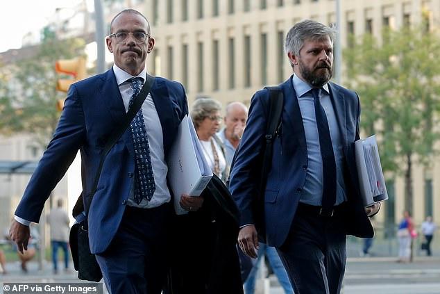Les avocats de Neymar Rodrigo Garcia Lucas (à gauche) et l'allemand Martinez Fernando (à droite) photographiés en 2019 avec la bataille judiciaire ayant grondé sur qui devait quoi depuis le départ de Neymar