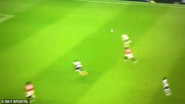 Après l'avoir laissé rebondir, il a proprement lancé une balle à longue portée alors que United contre-attaquait
