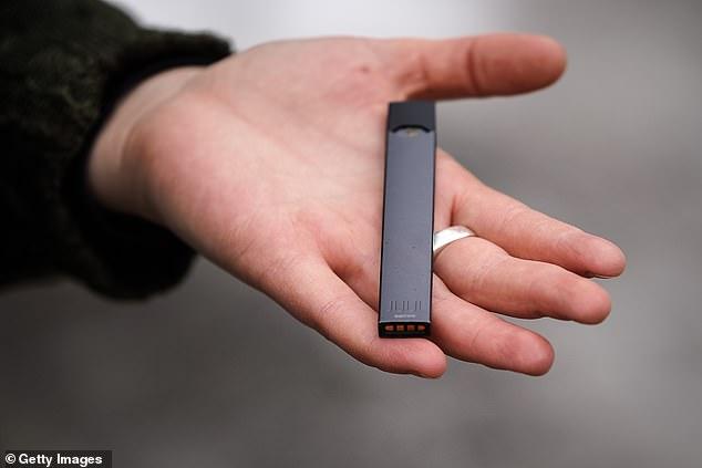 Les gens se sont tournés vers l'achat de cigarettes électroniques (photo) de l'étranger après que leur vente ait été interdite dans chaque État et territoire