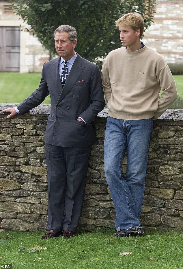 Les assistants de Charles auraient `` supplié '' son fils aîné de rendre hommage à son père lorsqu'il a parlé à des journalistes avant la projection du documentaire d'ITV Diana, Notre mère: sa vie et son héritage en 2017 - mais il a refusé.  Sur la photo: le prince Charles et le prince William en 2000