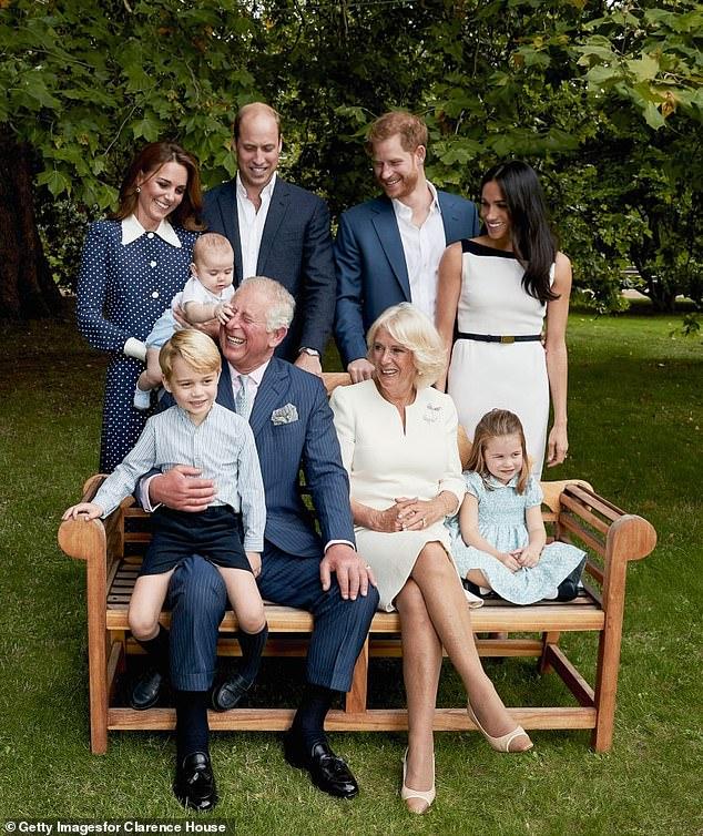 L'expert royal Camilla a déclaré: `` Maintenant père de trois enfants à la fin de la trentaine, avec Charles jouant volontiers le rôle de grand-père adorateur, on a le sentiment que William lui a non seulement pardonné les erreurs du passé, mais s'est également réveillé au fait que son père a eu autant d'influence positive que Diana, la défunte princesse de Galles.  Sur la photo: le prince Charles avec ses petits-enfants, le prince George, la princesse Charlotte et le prince Louis, ainsi que les Cambridges, les Sussex et sa femme Camilla Parker Bowles