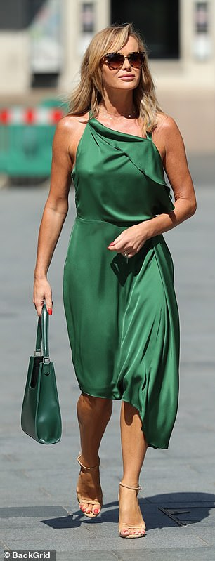 She accessorized with a pair of nude strappy sandals, displaying perfect pedicure and a coordinated green leather bag