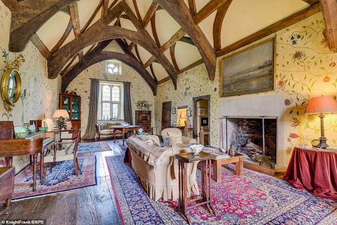 Inside the manor, the medieval finishes remain well conserved and the interior has lots of fine late 15th and early 16th century features