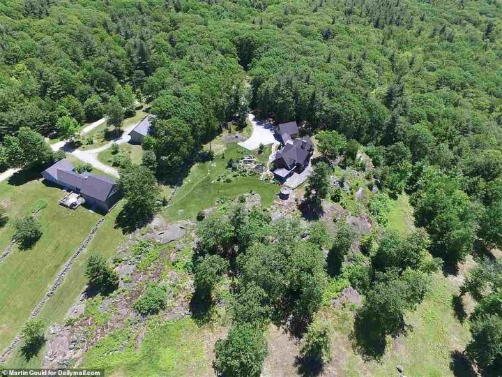 Les quatre-lit, quatre salles de bain maison est situé sur près de 4 500 sq. ft. de la terre, comme le montre cette vue aérienne
