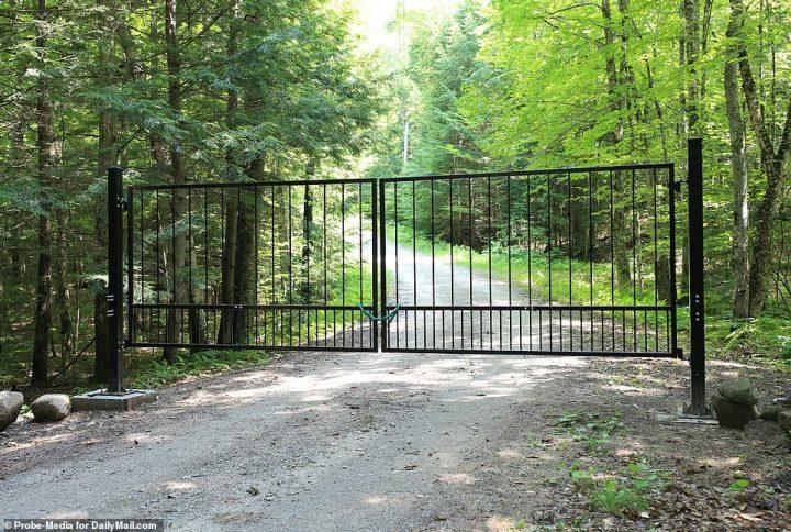 Portes noires qui semblent être nouvellement construit, le plomb est sur le chemin de terre chemin qui mène jusqu'à la maison