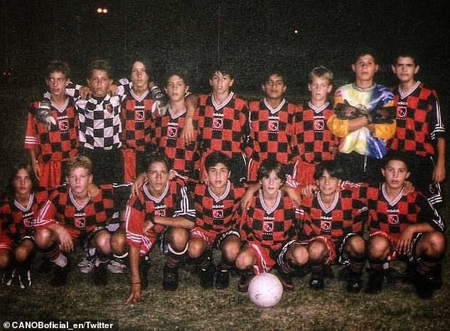 Messi (première rangée, troisième à partir de la droite) a signé pour Newell's Old Boys alors qu'il n'avait que six ans
