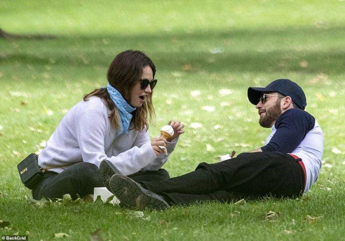 A gusto: se podía ver a Chris tumbado en el césped mientras Lily se sentaba frente a él
