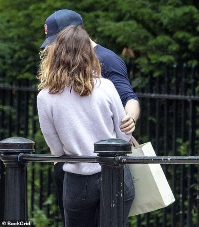 Cerca: se podía ver a Chris poniendo su mano sobre el brazo de Lily durante la excursión