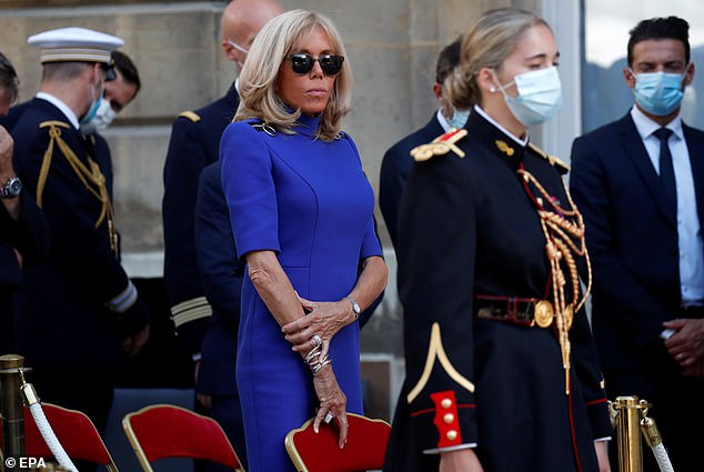 The Frenchwoman abandoned the mask while listening to her husband's address to the armed forces