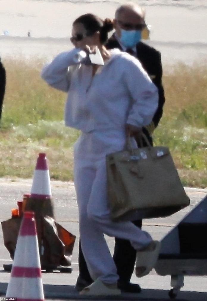 Crisis: el magnate del maquillaje llevó una gran bolsa Birkin con ella para el corto viaje. Ella dejó a Kanye mientras él continúa trabajando en su álbum.