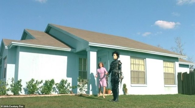 In character:It starred Winona Ryder as Edward's love interest Kim Boggs, as well as Dianne Wiest, Anthony Michael Hall, Kathy Baker, Vincent Price and Alan Arkin; The movie Edward Scissorhands hit theaters on December 6, 1990