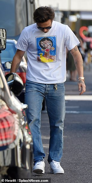 Casual: Brooklyn went for a stylish tee and light denim jeans while shopping