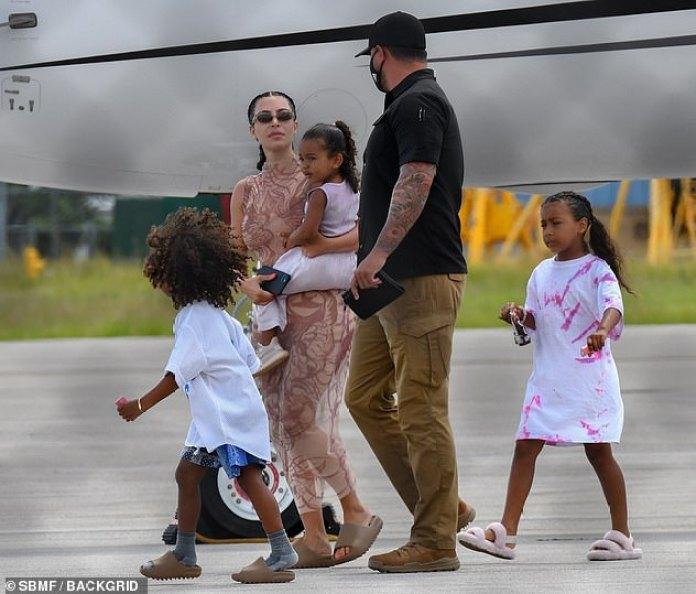 La familia primero: mientras cargaba a su hija menor, la estrella de la realidad de 39 años lucía un vestido midi ceñido y mantenía su cabello en dos trenzas.