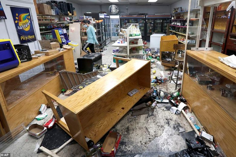 Looters ransack Chicago's Magnificent Mile after cops shoot armed ...