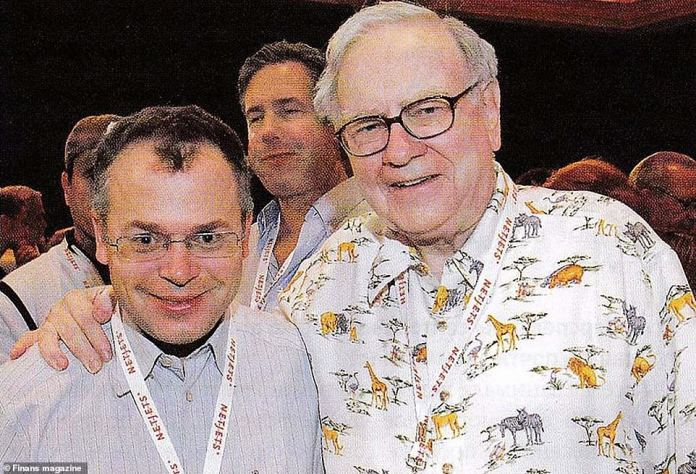 Sergey Grishin and US tycoon Warren Buffet playing poker. The Russian businessman has lobbied for a US passport